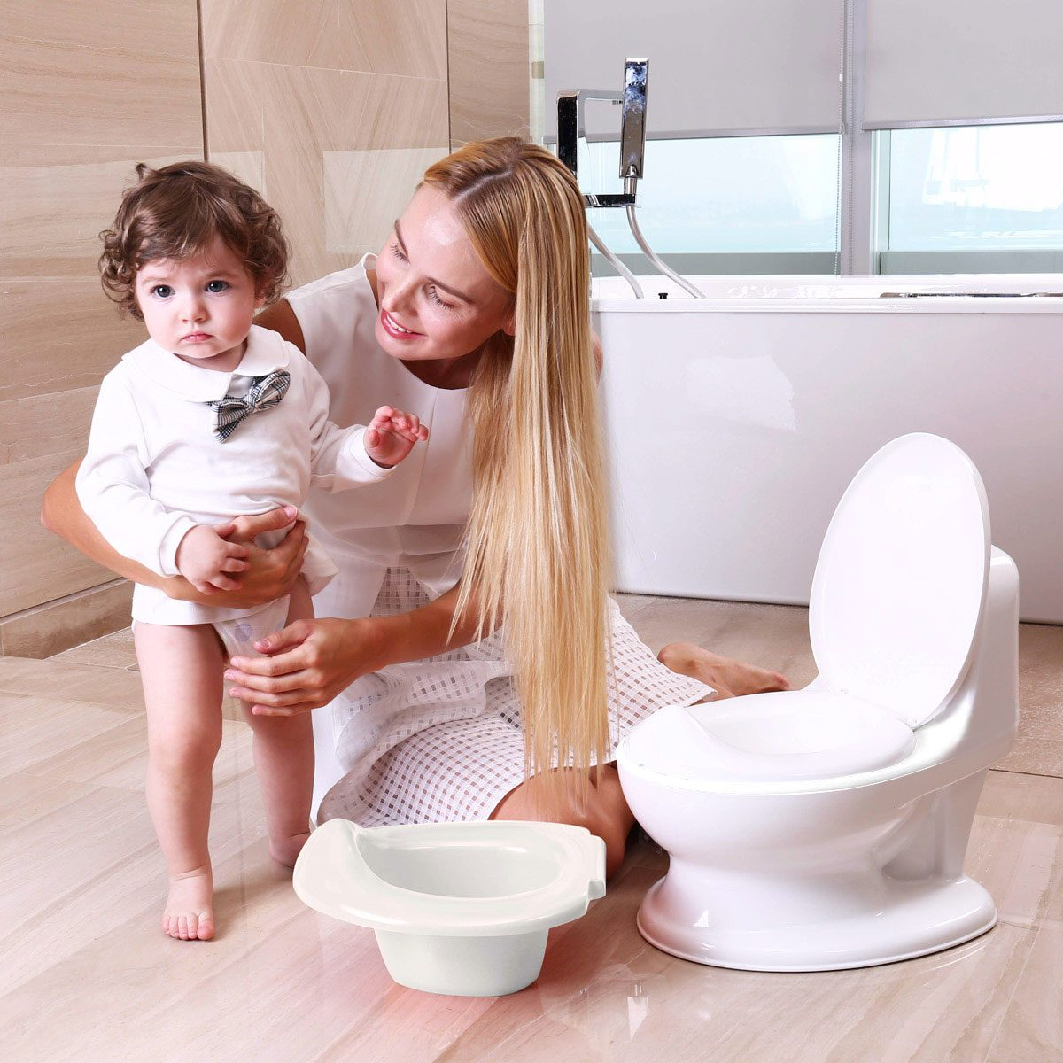 The easy to remove tray makes cleaning the potty simple