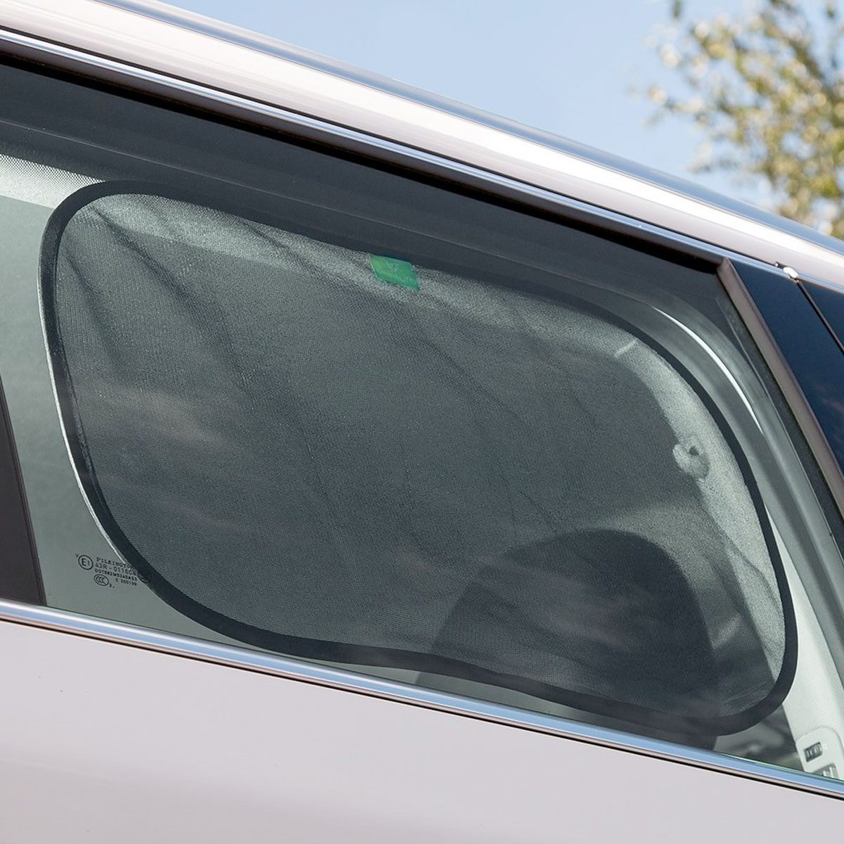 Simply wipe your hand over the sunshade to fix to the window